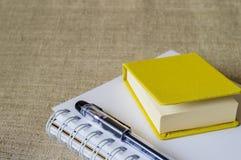 Желтый мини-блокнот, блокнот для эскизов и черная ручка Стоковое Фото