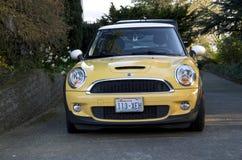 Желтый мини coupe стоковая фотография