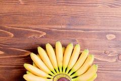 Желтый младенец бананов вверх от нижних подсказок вентилятора na górze Стоковые Фотографии RF