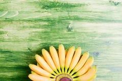 Желтый младенец бананов наклоняет вверх от нижнего вентилятора на верхней части a Стоковые Изображения