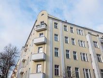 Желтый низкий жилой дом подъема с балконами Стоковая Фотография