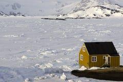 Желтый дом на ледяном поле Стоковые Фото