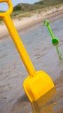 Желтый лопаткоулавливатель стоя на пляже Стоковое Изображение RF
