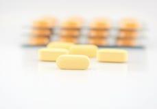 Желтый пакет таблетки и волдыря Стоковая Фотография