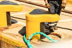 Желтый пал зачаливания с голубой веревочкой стоковые фото