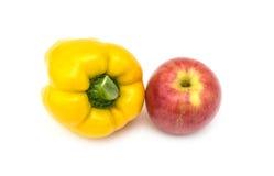 Желтый перец и красное Яблоко на белой предпосылке Стоковые Изображения RF