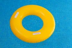Желтый поплавок на бассейне с кристаллом - чистой водой стоковое фото rf