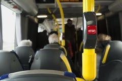 Желтый поручень на шине с кнопкой стоп Стоковое Фото