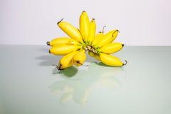 Желтый реальный банан в конце вверх Стоковые Фотографии RF