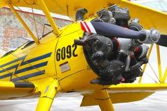Желтый самолет-биплан i Стоковое Изображение
