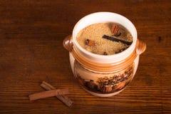 Желтый сахарный песок и специи на темной деревянной предпосылке Стоковое фото RF
