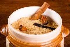 Желтый сахарный песок и специи на темной деревянной предпосылке Стоковые Изображения RF