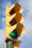 Желтый светофор показывает зеленый сигнал Стоковые Изображения