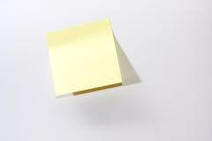 Желтый стикер напоминания на белой предпосылке Стоковые Изображения RF