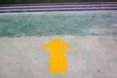 Желтый стикер стрелки на поле с космосом экземпляра Стоковые Изображения RF