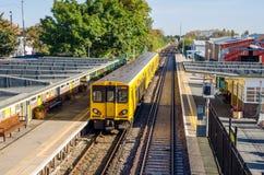 Желтый тепловозный пассажирский поезд Стоковые Изображения