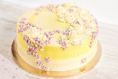 Желтый торт с cream цветками Стоковое Фото