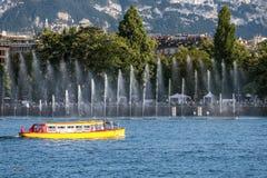 Желтый трамвай воды в Женеве, Швейцарии Стоковые Изображения