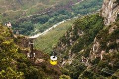 Желтый трейлер поднимает вдоль дороги подвеса стоковое изображение rf