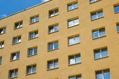 Желтый фасад дома, окна, строя внешние окна, buildi Стоковая Фотография RF