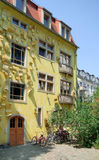 Желтый фасад дома Стоковое Фото