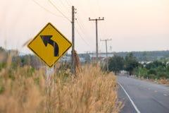 Желтый цветок знака уличного движения и травы около дороги Стоковое Фото