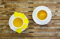 Желтый цветок Silk хлопка с парами чашки чая на керамическом блюде Стоковые Фотографии RF