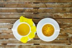 Желтый цветок Silk хлопка с парами чашки чая на керамическом блюде Стоковые Изображения