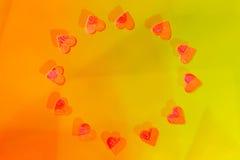Желтый цвет абстракции с красными сердцами 2 стоковое фото