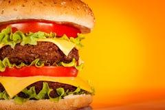 желтый цвет аппетитного гамбургера вкусный Стоковое фото RF