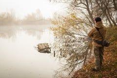 желтый цвет воды листьев поплавка рыболовства bobber осени Стоковые Фото