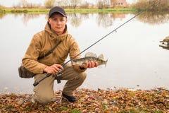 желтый цвет воды листьев поплавка рыболовства bobber осени Стоковое Изображение RF