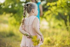желтый цвет девушки цветков Стоковая Фотография