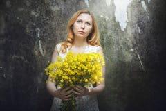 желтый цвет женщины фокуса цветков Стоковые Фотографии RF