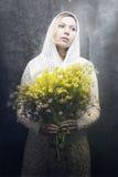 желтый цвет женщины фокуса цветков Стоковое Фото