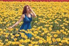 желтый цвет женщины цветка поля Стоковое фото RF