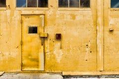 Желтый цвет заржавел здание Стоковые Изображения