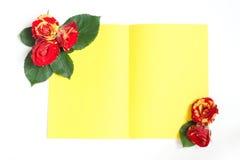 Желтый цвет и красные розы аранжировали в углах листа пюре Стоковые Фото