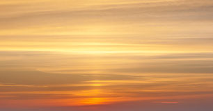 Желтый цвет и оранжевый драматический заход солнца Стоковые Фото
