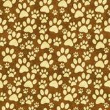 Желтый цвет и предпосылка повторения картины плитки печати лапки Doggy Брайна Стоковые Фотографии RF