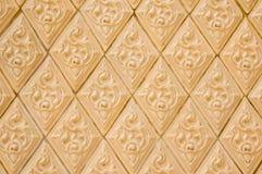 Желтый цвет и старая тайская стена картины стоковая фотография