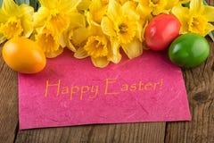 Желтый цвет карточки пасхи цветет с текстом счастливой пасхой Стоковое фото RF