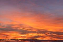 Желтый цвет облачного неба оранжевый стоковая фотография rf