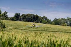 желтый цвет опылителя полей Стоковая Фотография