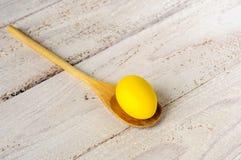 желтый цвет пасхального яйца Стоковое Изображение