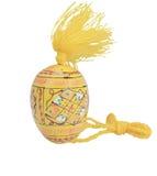 Желтый цвет пасхи красит деревянные яичка вертикальный Стоковые Фотографии RF