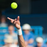 желтый цвет тенниса неба подачи ракетки конкуренции шарика голубой Стоковая Фотография