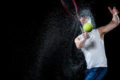 желтый цвет тенниса неба ракетки конкуренции шарика действия голубой стоковое изображение