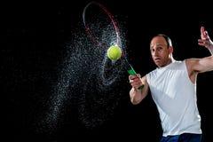 желтый цвет тенниса неба ракетки конкуренции шарика действия голубой стоковые фото