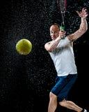 желтый цвет тенниса неба ракетки конкуренции шарика действия голубой стоковое изображение rf